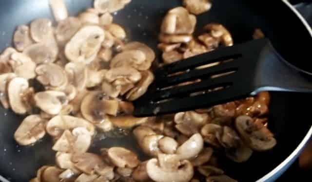 Обжариваем на сковороде грибы