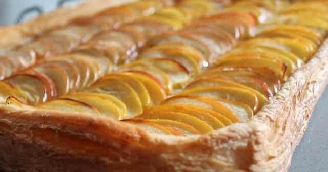 Слоеный яблочный пирог из готового теста - вкуснее шарлотки