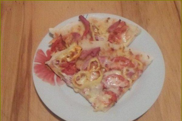 Домашняя пицца с колбасой сыром и помидорами
