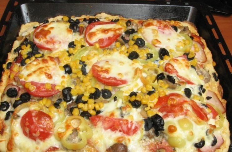 домашняя пицца с помидор колбаса сыр