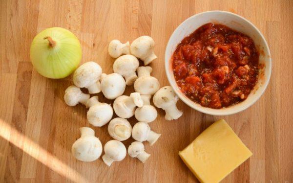 Продукты для пиццы с грибами