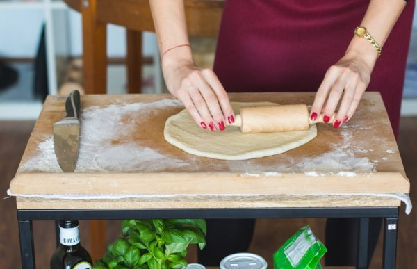 Раскатать тесто для пиццы без дрожжей