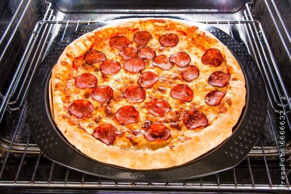 рецепт пиццы с колбасой,сыром и помидорами