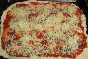 Тертый сыр насыпать сверху пиццы