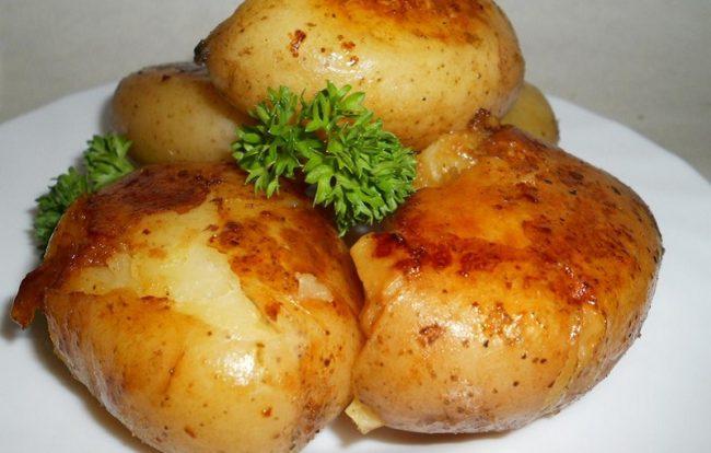 Молодой картофель на сковороде