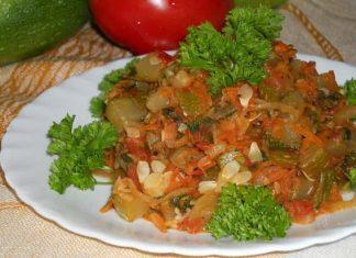 Тушеные кабачки с овощами в сметане
