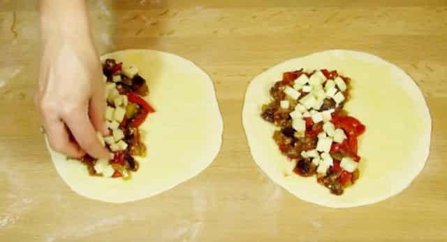 Рецепт домашней пиццы из баклажанов с перцем и помидорами в духовке