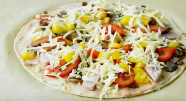 Рецепт домашней пиццы «Важур» с грибами, помидорами, перцем и сыром